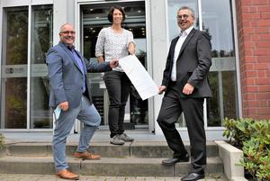 Kreiswahlleiter Dr. Linus Tepe (rechts) mit Sabrina Strotmann und Wolfgang Heuermann vom Wahlbüro (Aufnahme: Kreis Coesfeld, Hartmut Levermann)